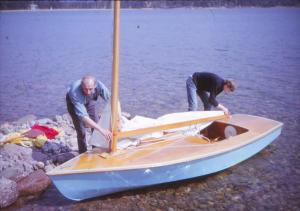 Trehörningen_OK-jolle_586_Arne_Mats_maj_sjösättning_1965_AK26