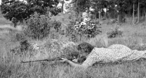 Agda_Söderlund_m_salongsgevär_Ville_1954