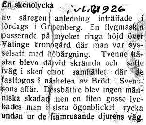 Klipp från 1926 inklistrade i hemgjord mapp av omslagspapper. Flygmaskin skrämde hästar i sken vid Gripenberg.Okänd källa juli 1926. Skannat 2006 av Lars Henriksson.
